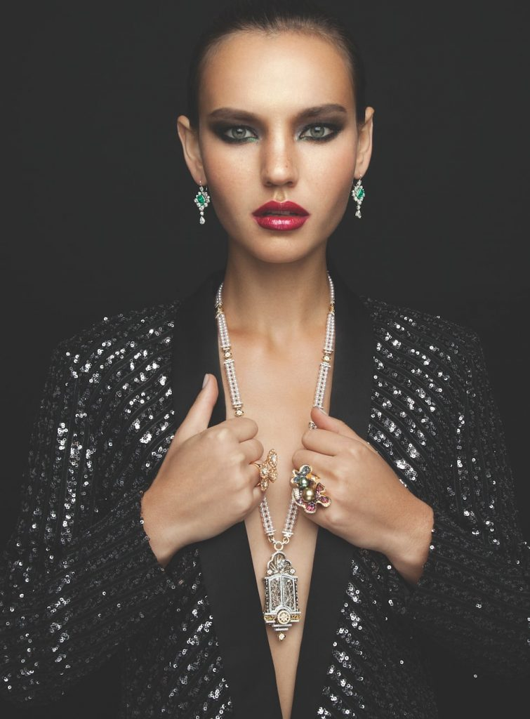 solitaire-magazine-caratell-cinderella-door-necklace